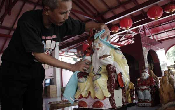 Aksi Bersih-Bersih Vihara Gayatri Menjelang Imlek