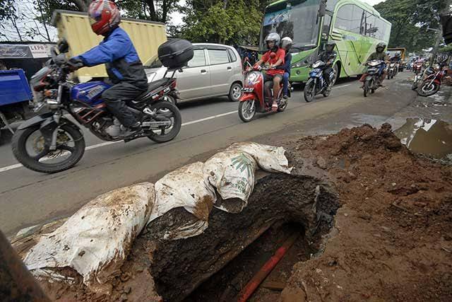 Pejalan Kaki Keluhkan Proyek Pemasangan Pipa PDAM Depok, Akibat Trotoar Dipenuhi Tanah
