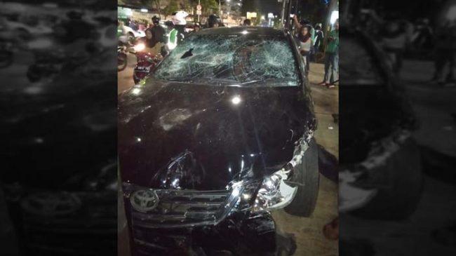 Tabrak Sejumlah Anak Lalu Kabur, Mobil Toyota Camry Dirusak Massa