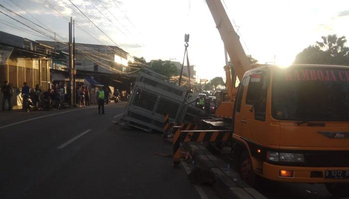 Datangkan Crane, Polisi Belum Berhasil Angkut Pemancar Terguling di Jalan Raya Parung