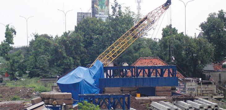 Crane Miring Nyaris Timpa Rumah