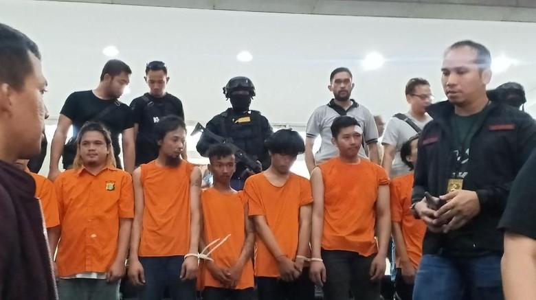 257 Orang Ditangkap karena Paksa Masuk Bawaslu, Serang Polsek Gambir