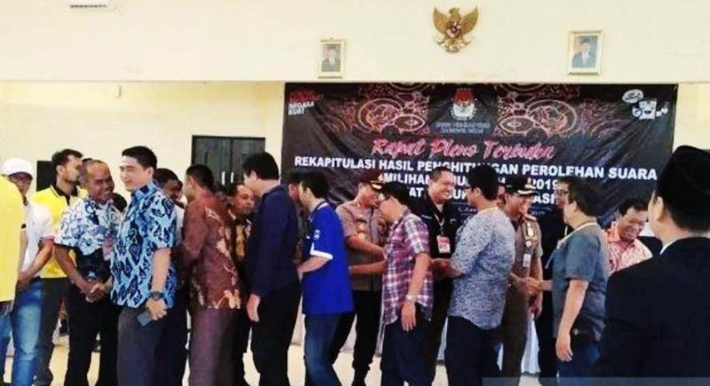 Pendukung Jokowi dan Prabowo di Bekasi bersalaman