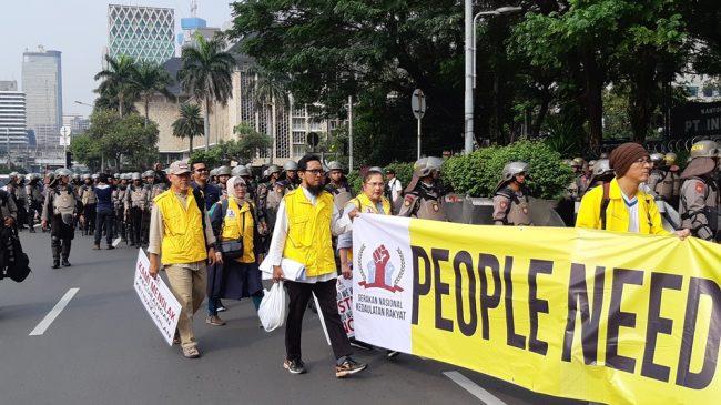 Alumni UI Pendukung Paslon 02 Demonstrasi di Sekitar Gedung MK