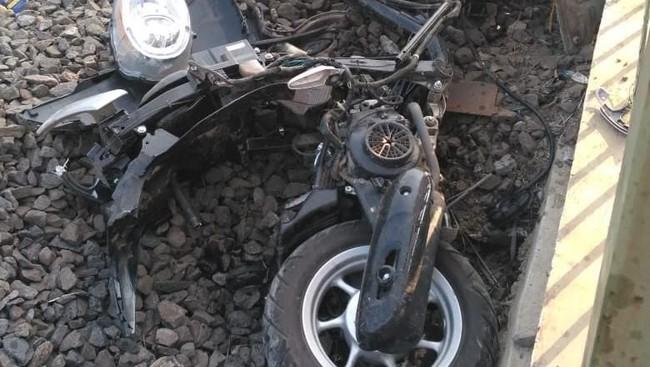 Pengendara Motor Dan Ojol Tewas Tertabrak KRL di Depok