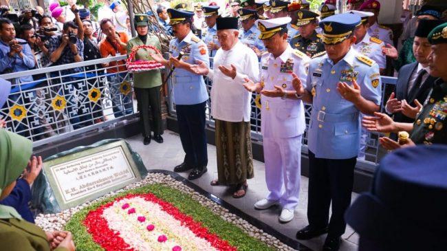 Ratusan Santri Antusias Menyambut Panglima TNI, Ziarah ke Makam Gusdur