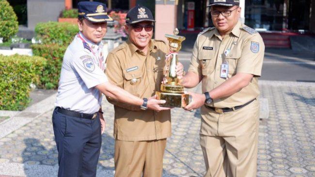 Wali Kota Depok, Mohammad Idris ganjar penghargaan kepada ASN Berprestasi