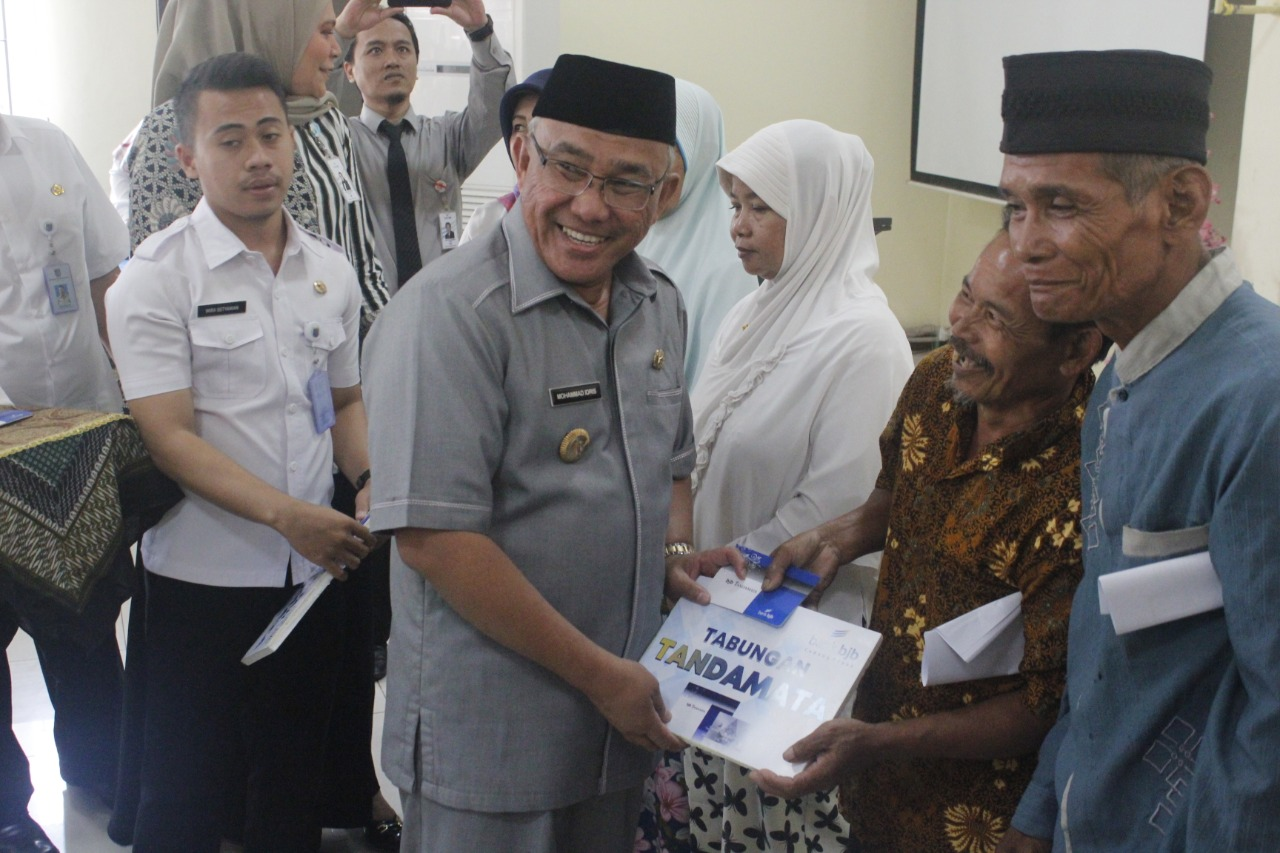 Mohammad Idris Serahkan Buku Rekening BJB Ke Penerima RTLH