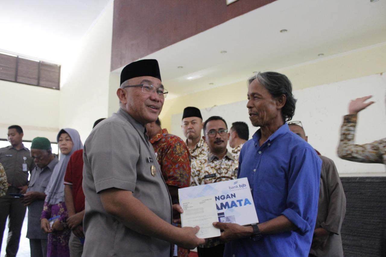 Pemkot Depok Menyerahkan Kembali Buku Tabungan BJB Penerima Manfaat RTLH