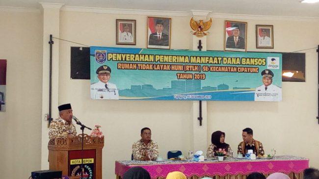 Wali Kota Depok, Mohammad Idris Serahkan Dana Bantuan RTLH Se Kecamatan Cipayung