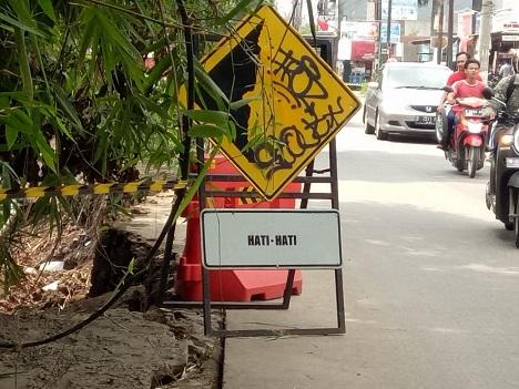 Jalur Grogol-Krukut Rawan Longsor, Pengendara Motor dan Mobil Dihimbau Hati-Hati