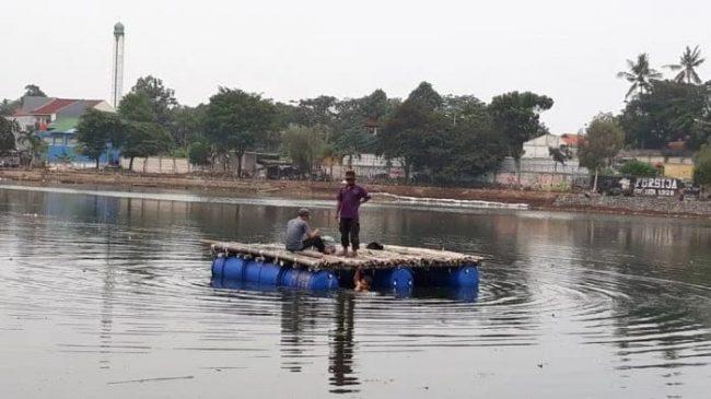 Giat Peduli Lingkungan, Anak Aremania Setu (Arest) Bersihkan Kawasan Situ Pedongkelan