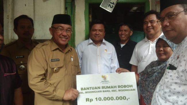 Mohammad Idris Bersama BAZNAS Depok Berikan Bantuan Untuk 3 Rumah Rusak Di Bojongsari