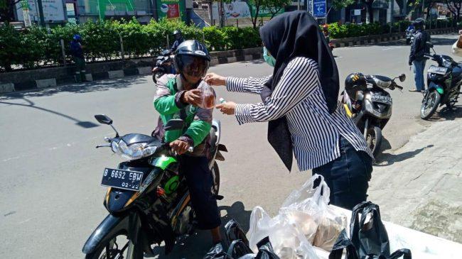 Pengusaha Depok Beri Makan dan Hand Sanitizer Gratis untuk Ojol dan Angkot di Margonda