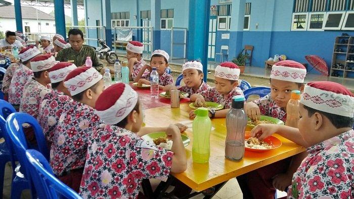 Pelajar di Jakarta Tak Sempat Sarapan saat Berangkat Sekolah