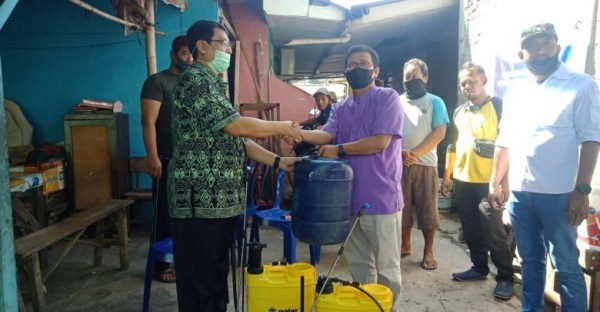 Sekda Depok Beri Bantuan Alat dan Cairan Disinfektan Pada 4 RW di Kp.Lio Depok